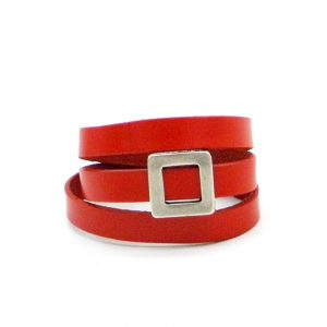 Червена кожена гривна с метален елемент